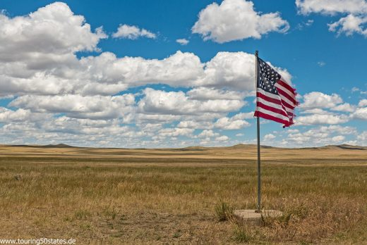South Dakota - die amerikanische Flagge kennzeichnet den Sockel für den Mittelpunkt