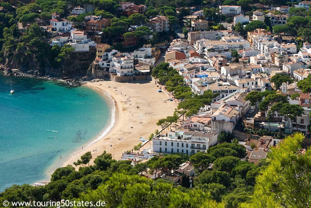 Der Blick vom Leuchtturm San Sebastian auf den Strand von Llafranc