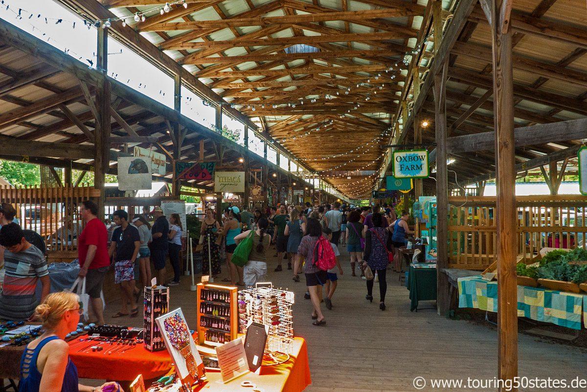 Überdachter Famers Market in Ithaca, direkt am Cayuga Inlet