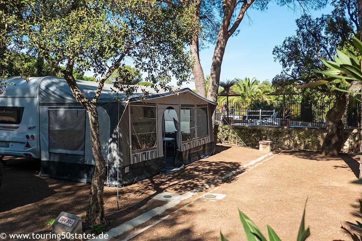 Der Caravan-Stellplatz unter Pinienbäumen in der Nähe vom Swimmingpool