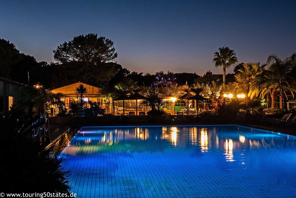 Camping Leï Suves - der Pool nach Sonnenuntergang