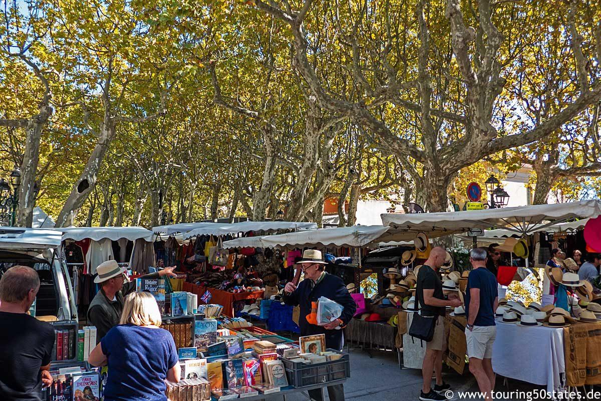 Wochenmarkt auf dem Place des Lices in der Altstadt von Saint-Tropez