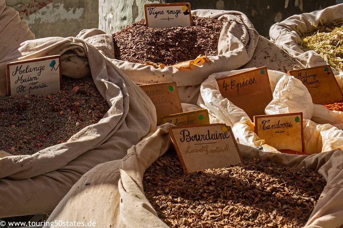 Duftende Gewürze an einem Marktstand in Lorgues