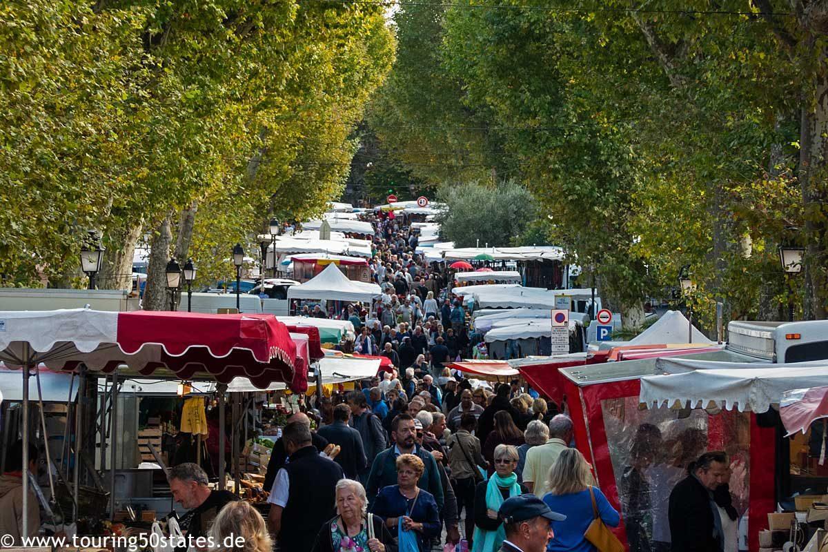 Wochenmarkt im Stadtzentrum von Lorgues in der Provence