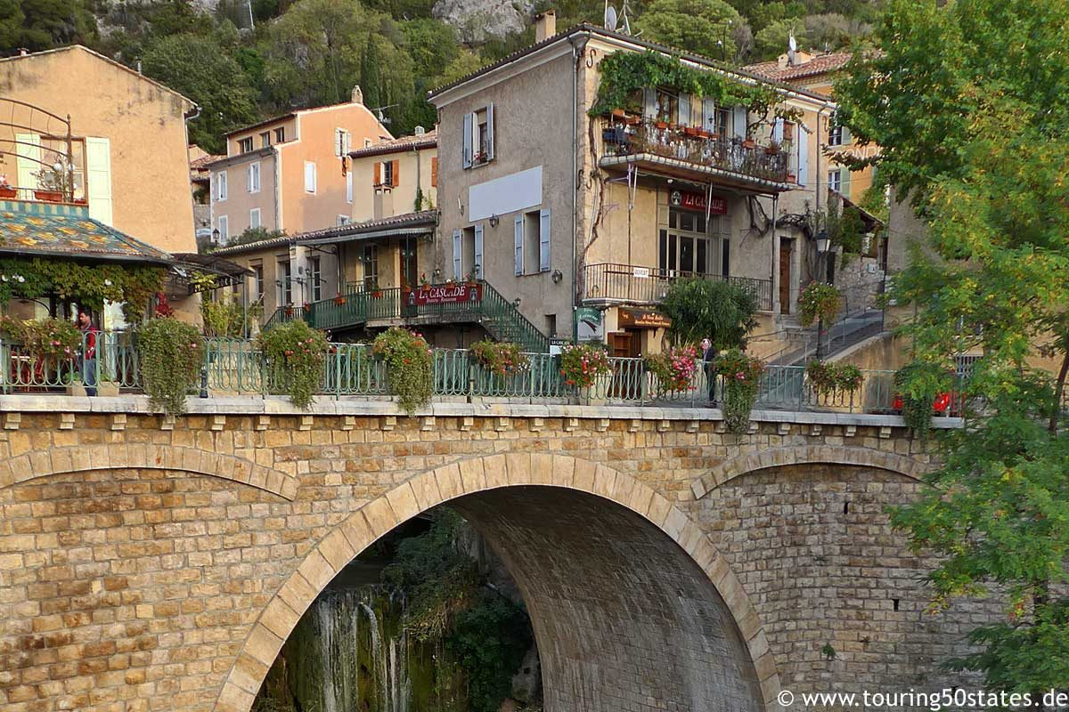 Das Bergdorf Moustiers-Sainte-Marie in der Provence