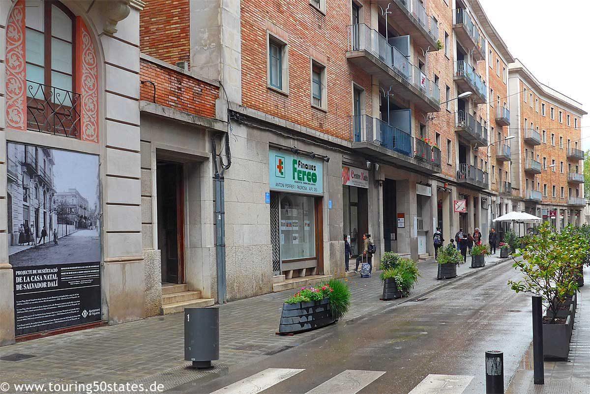 Der Blick in die Straße mit dem Geburtshaus von Salvador Dalí in Figueres