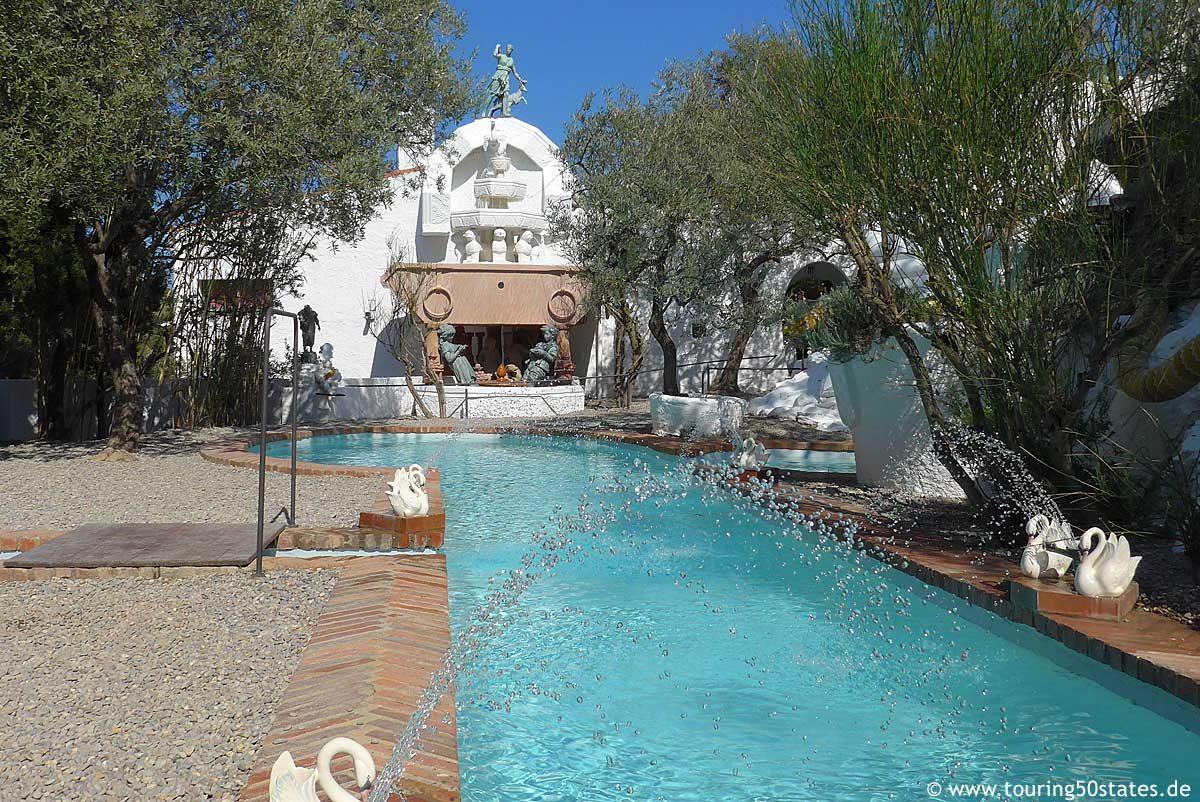 Der Pool mit Wasserspielen im Garten von Dalís Wohnsitz in Portlligat