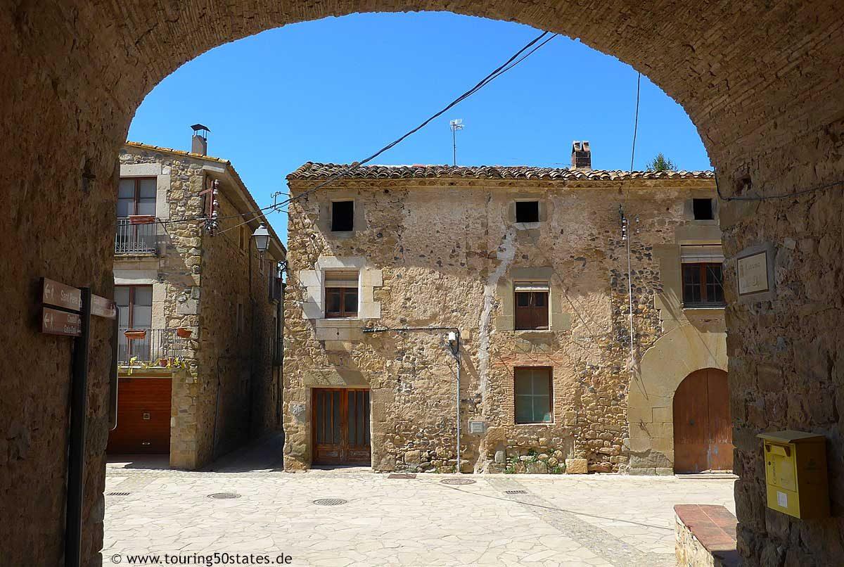 Die Gassen von Púbol unterhalb des Schlosses