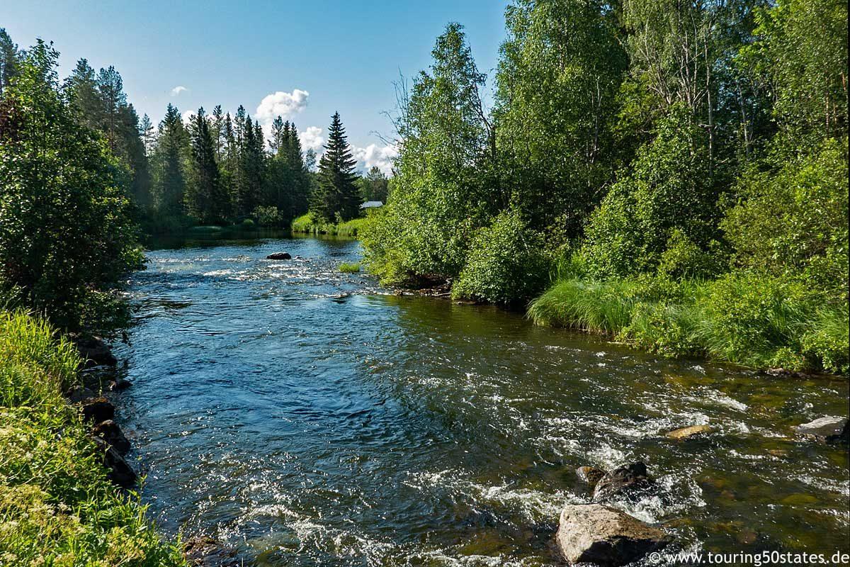 Ein kleiner Fluss am Campingplatz Camp Route 45 in Hammmerdal