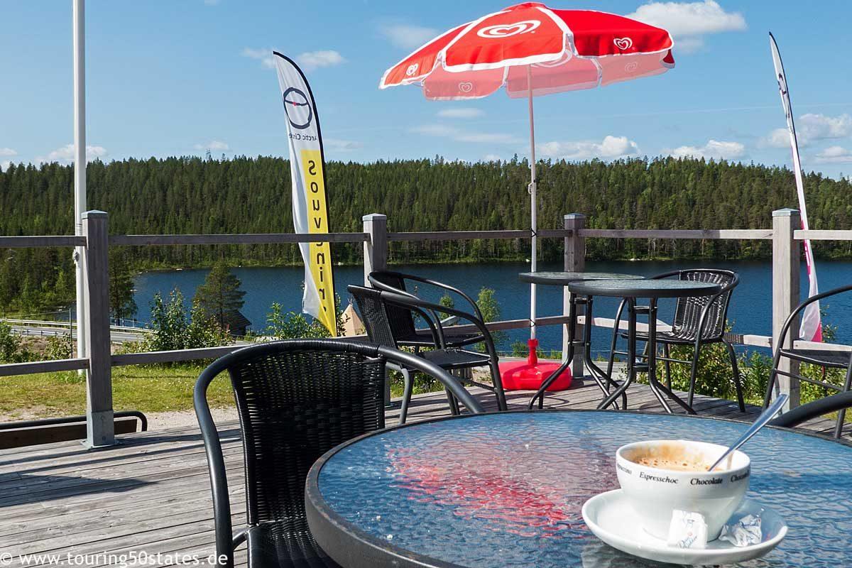 Einen Kaffee am Polarkreis in sommerlicher Wärme