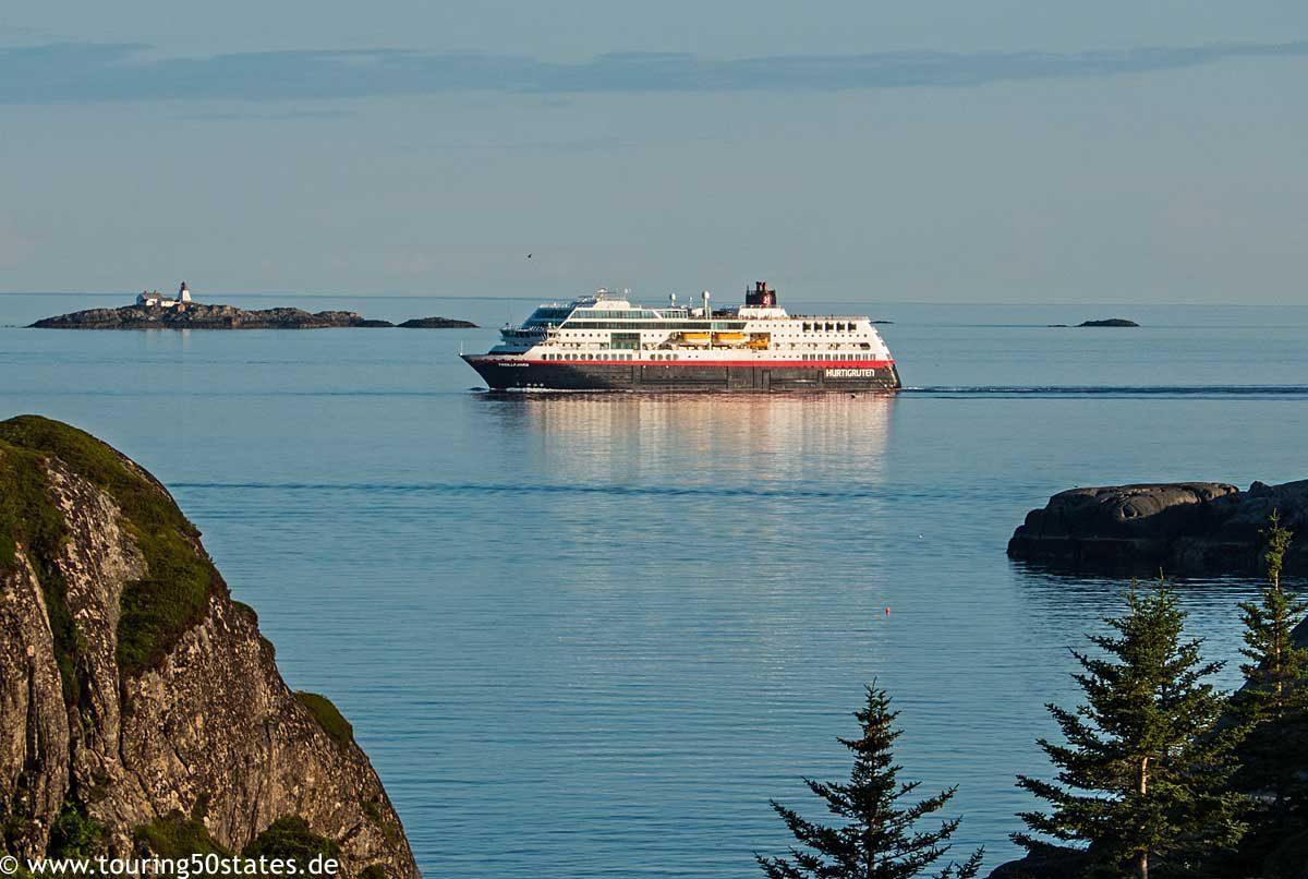 Die Fähre der Hurtigruten vor der Küste von Kabelvåg, Lofoten