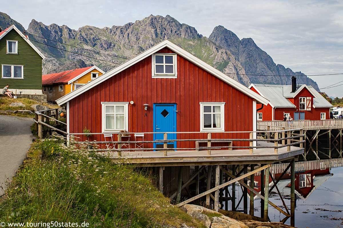 Häuseransicht von Henningsvær vor den Felsen der Lofoten