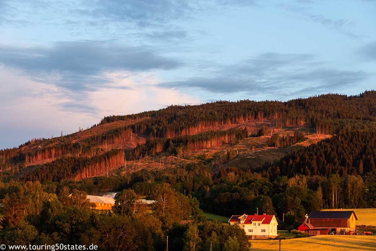 Die Abendsonne am Mjøsasee beleuchtet die Berge