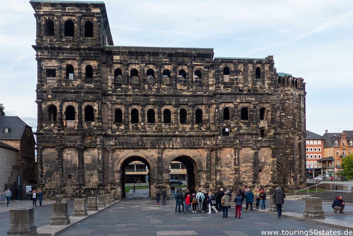 """Porta Nigra, """"schwarzes Tor"""" - das einzige, sehr gut erhaltene Stadttor von Trier"""