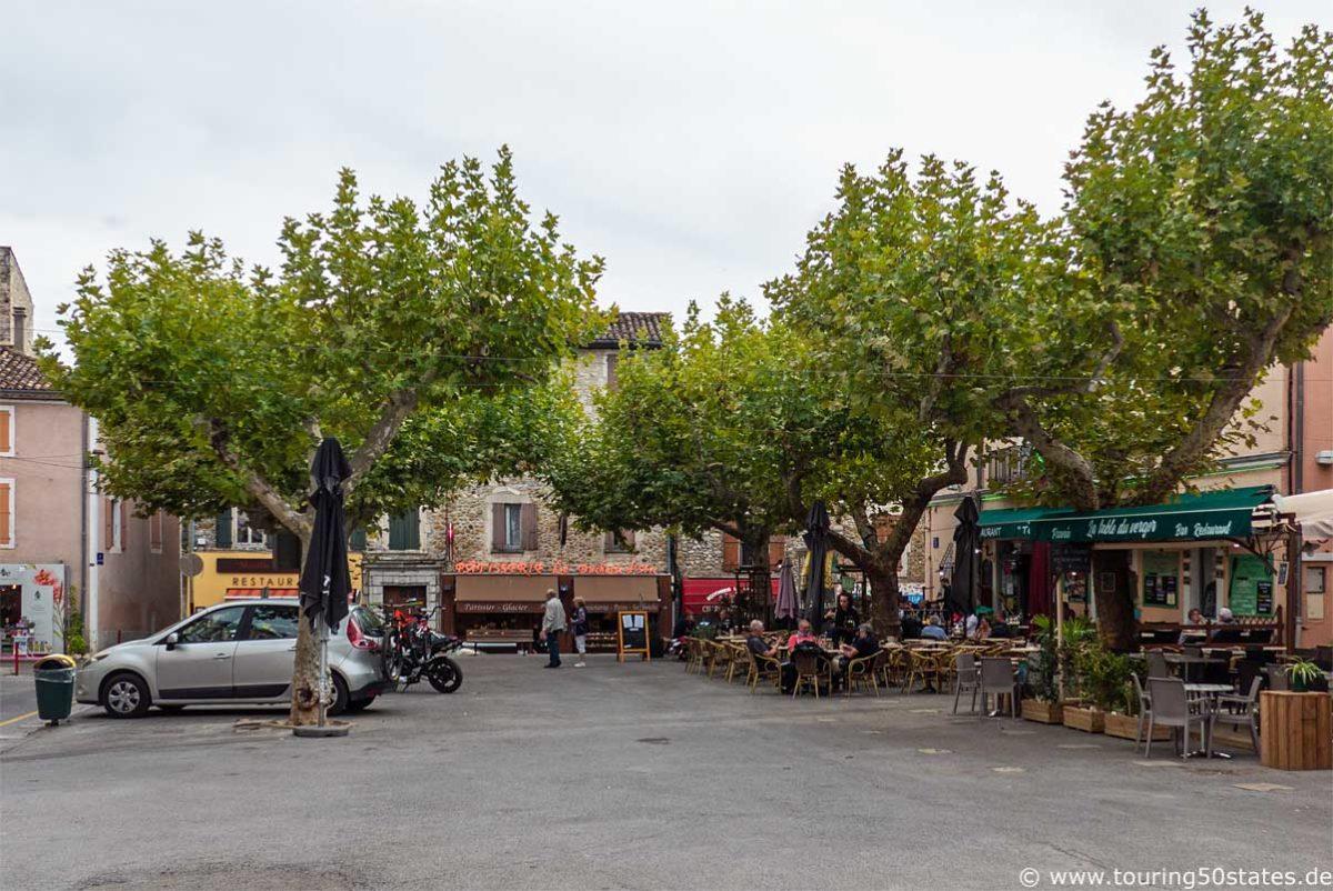 Der Marktplatz von Vallon Pont d`Arc, gesäumt von Restaurants